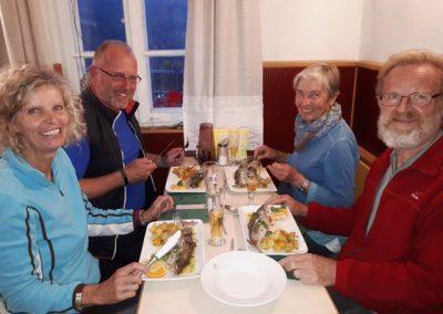 Abendessen_in_der_hepi-Lodge